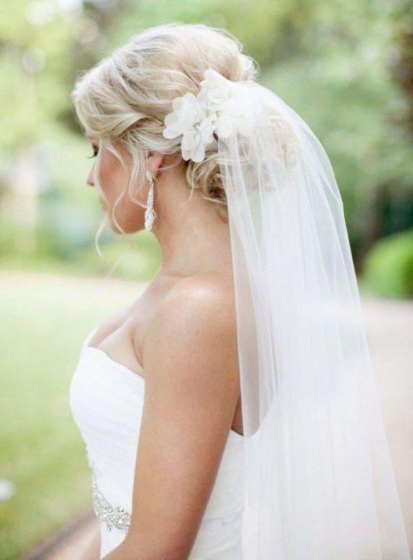 Свадебная прическа фата цветы